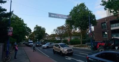 Neue Banner über der Hauptstraße in Büderich